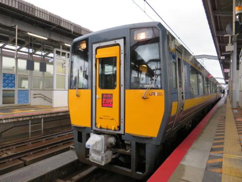 山陰を走る特急列車